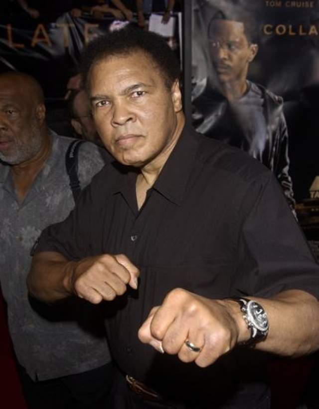 Мухаммед Али. Легенда мирового бокса много лет страдал от тяжелой формы форма болезни Паркинсона, которую у него диагностировали еще в 1984 году - через три года после последнего боя.