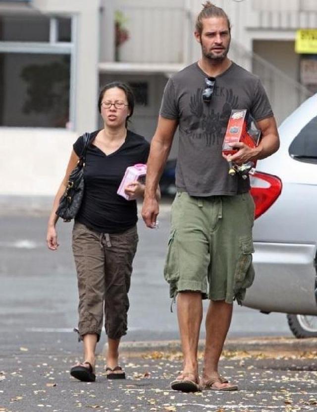 """Джош Холлоуэй и Йессика Кумала. Секс-символ сериала """"Остаться в живых"""" выбрал себе в жены миниатюрную индонезийку."""