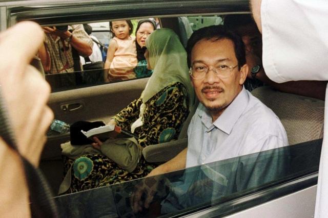 Анвар Ибрагим , бывший вице-президент Малайзии и лидер оппозиции, был обвинен в растлении одного из своих подчиненных в 2008 году.