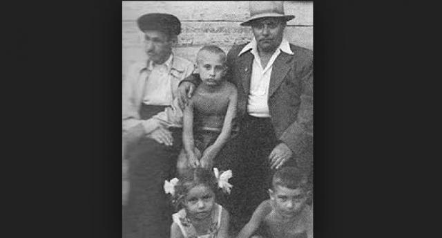 Дед Владимира, Спиридон Иванович Путин (на фото слева), был очень известным поваром, готовившим для партийной верхушки. Он был шеф-поваром у Ленина. Несколько раз ему довелось готовить Сталину.