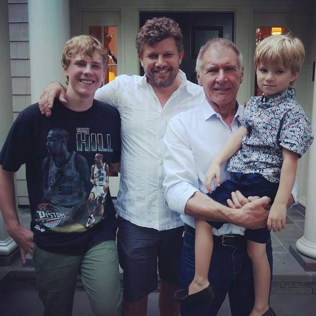 Харрисон Форд с сыном Беном и двумя внуками.