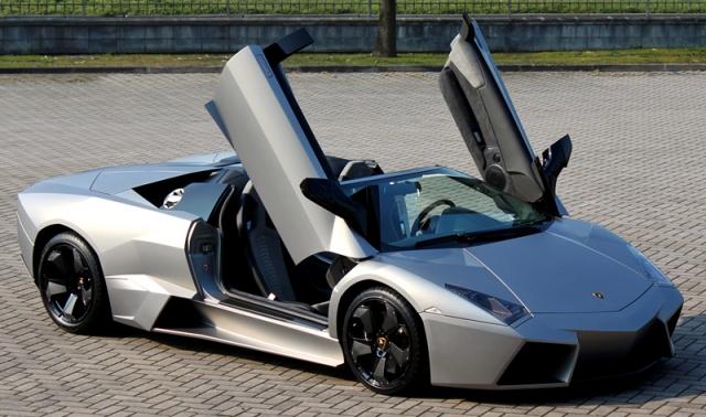 Lamborghini Reventón Roadster - $1 700 000. Машина оснащена 12-тицилиндровым мотором, развивающим мощность в 650 л.с., дающим возможность развить скорость в 340 км/ч.