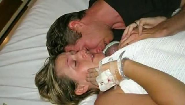 После родов младенцы были помещены в отделение интенсивной терапии, причем девочка оказалась полностью здоровой, а мальчика врачи пытались реанимировать, после чего были вынуждены признать его мертвым.