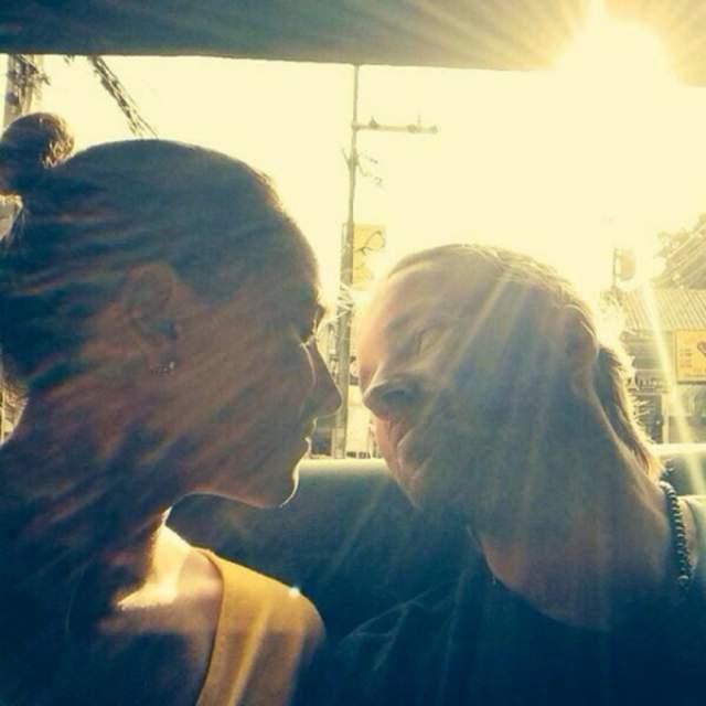 Но супруга Марики можно хорошо рассмотреть. Парочка целуется, дурачится и выглядит абсолютно счастливой. Поклонники с восторгом встречают подобные снимки и часто подмечают удивительное сходство Марики и Сергея.