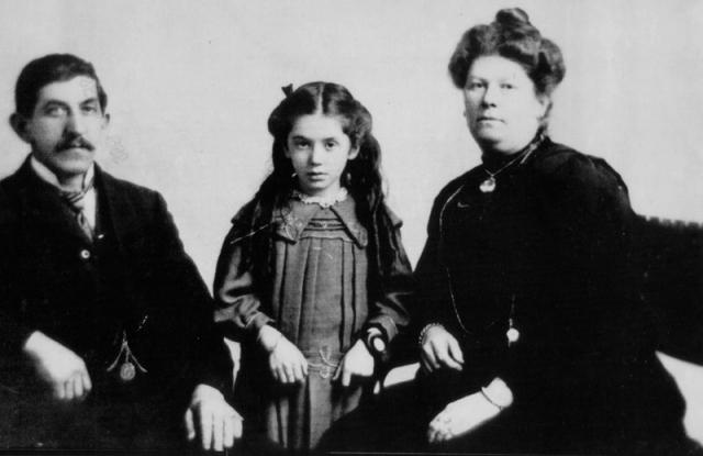 """Семилетняя Ева Харт спаслась с тонущего """"Титаника"""" вместе с матерью, но ее отец погиб во время крушения."""
