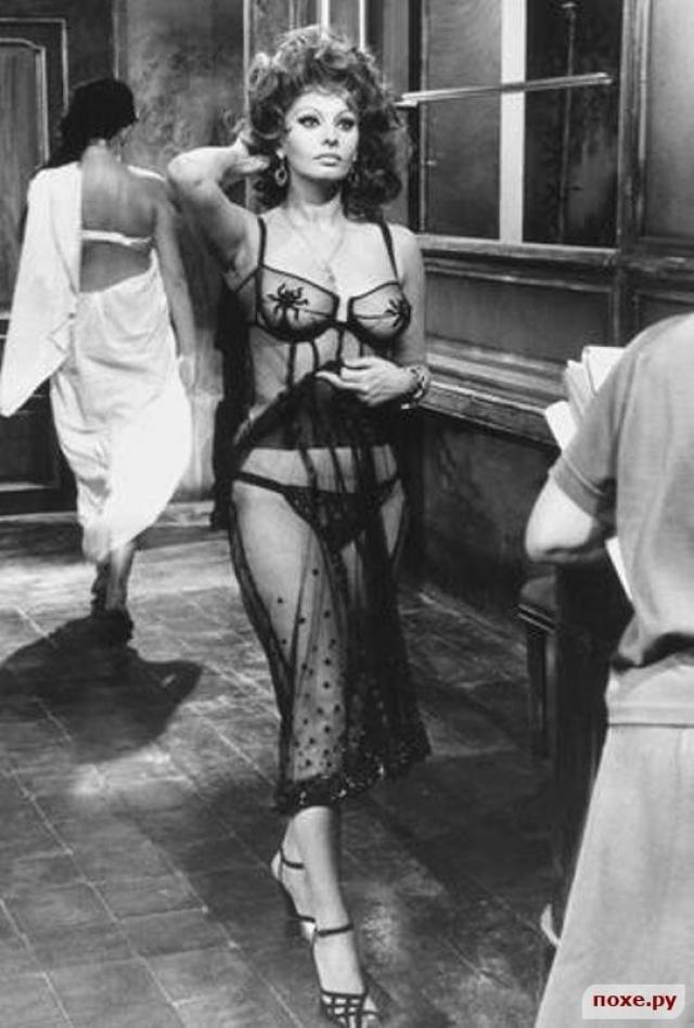 """Софи Лорен, фильм """"Брак по-итальянски"""". Актриса играет 17-летнюю проститутку в одном из публичных домов Неаполя, которая случайно знакомится во время бомбежки с Доменико Сориано, состоятельным молодым человеком."""