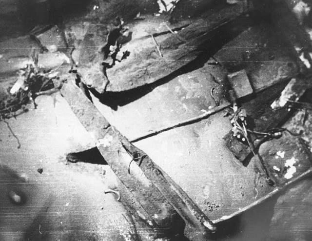 Когда ее нашли, то оказалось, что она развалилась на шесть частей, а все 112 членов экипажа и 17 исследователей погибли. Причиной гибели лодки называют заводской брак в сварке корпуса, которые не выдержал давления, треснул, а попавшая внутрь вода вызвала короткое замыкание электроники.
