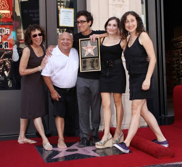 ДеВито в 1982 году женился на сериальной актрисе Рее Перлман и до сих пор живет с ней душа в душу. У пары трое детей.