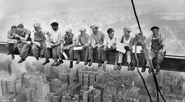 Обед на небоскребе. Шло строительство RCA Buildings в Нью-Йорке 29 сентября 1932 года, и 11 рабочих обедали на высоте 250 метров.