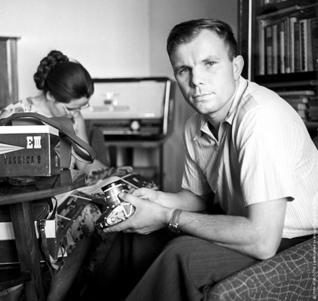 """В 1966 году Гагарина избрали Почетным членом Международной академии астронавтики, в июне того же года Гагарин уже приступил к тренировкам по программе """"Союз"""". Он был назначен дублером Комарова, который совершил первый полет на новом корабле."""
