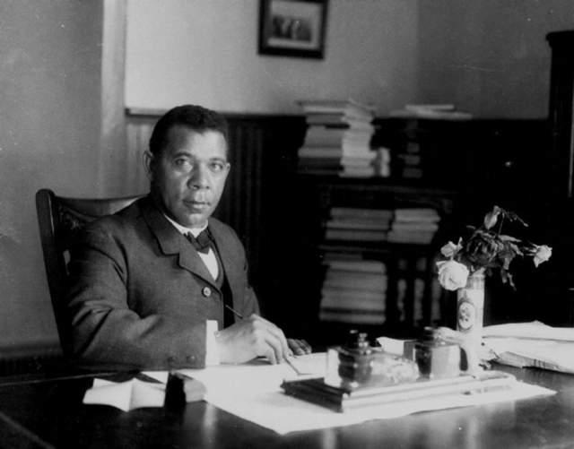 В 17 лет он поступил в Хэмптонский всеобщий сельскохозяйственный институт для студентов с черным цветом кожи в Вирджинии. Через три года, окончив институт, Букер преподавал в школе и даже короткое время работал секретарем генерала Самуэля Армстронга, ректора Хэмптонского института.