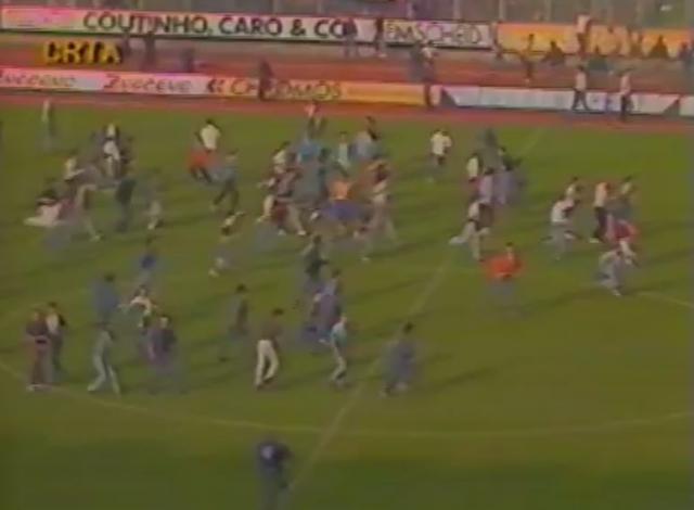 Во время матча между враждующими фанатскими группировками двух команд вспыхнула драка, которая перенеслась на поле.