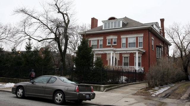 В 2005 году Обама со своей женой купили дом в Чикаго более чем за $1,5 миллиона.