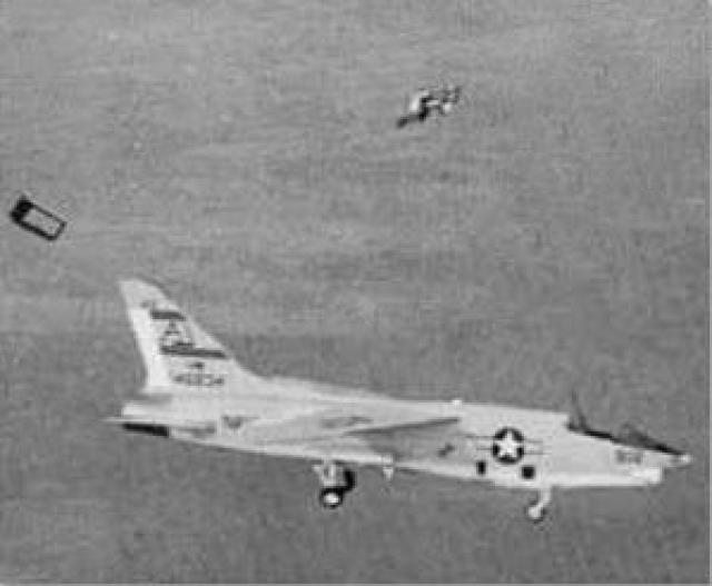Джадкинс нажал на кнопку катапульты, однако, сиденье не сработало. Молодому человеку оставалось выпрыгнуть из самолета, но существовала проблема. Джадкинс должен был оттолкнуться с достаточной силой, чтобы не налететь на шестиметровый хвост самолета.