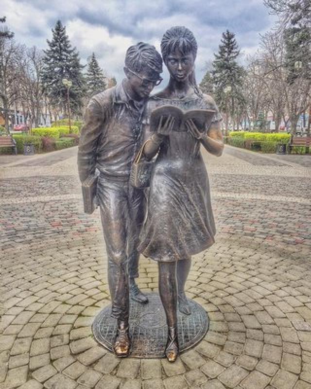 """Шурик по сей день остается народным героем. Ему даже ставят памятники. Вот, например, скульптурная композиция героев новеллы """"Наваждение"""" Шурика и Лиды в азербайджанском городе Хырдалан."""