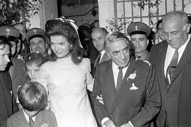 10 октября судоходный магнат сделал предложение экс-первой леди США, подарив ей кольцо с огромным рубином и бриллиантами стоимостью 1,2 млн долларов. Джеки было 39 лет, Аристотелю — 62 года, когда они 20 октября 1968 года сочетались законным браком на его собственном греческом острове Скорпиос.