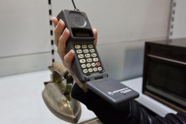 Первый же коммерческий мобильный телефон назван компанией MOTOROLA DynaTAC 8000X.Он был способен запомнить тридцать номеров, весил восемьсот грамм и стоил почти четыре тысячи долларов.
