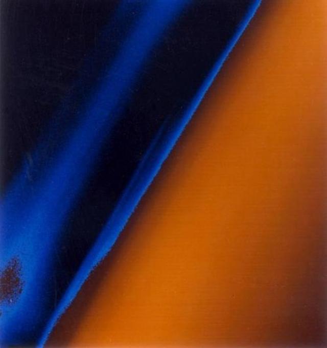Слои дымки , состоящие из сложных органических соединений , охватывающих спутник Сатурна .
