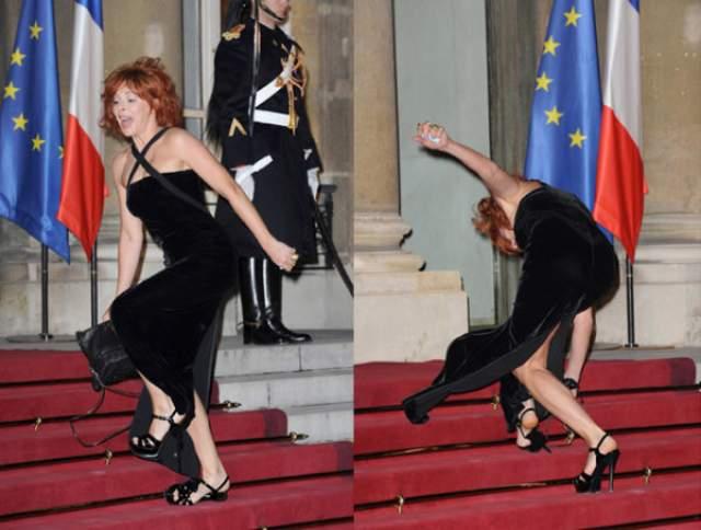 Милен Фармер трижды споткнулась на ступенях Елисейского дворца, где проходил официальный ужин с участием президентов Франции и России и их жен, но удержалась!
