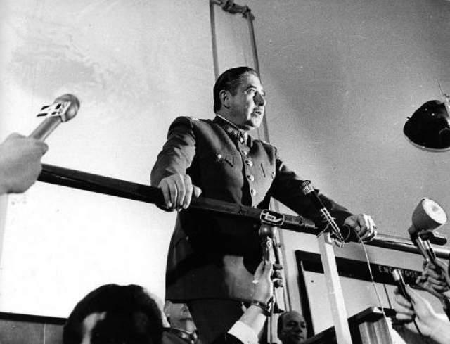 """Однако, по словам близких, Пиночет был достаточно чувствительной натурой, - и боялся таких элементарных вещей как отражение в зеркале или теней в театре. С """"основной"""" деятельностью диктатора плохо сочетается и его увлечение наукой, а именно - географией."""