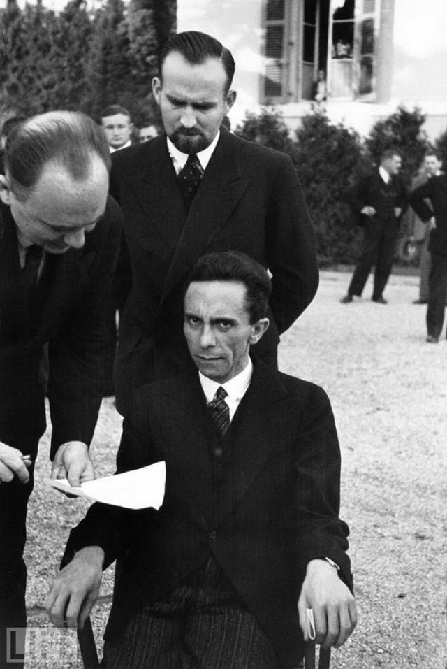 Глаза ненависти (Eyes of Hate, Alfred Eisenstaedt, 1933). На фото попал момент, когда Геббельс узнал, что его переводчик — еврей и мгновенно изменился в лице.