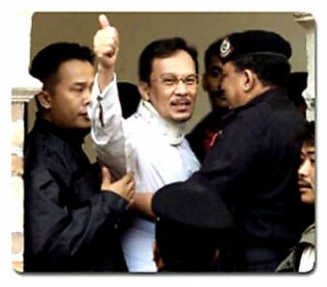 В 1998 году он уже был признан виновным в коррупции и содомии и отсидел в тюрьме шесть лет. Обвинение было выдвинуто после того, как Ибрагим пошел на конфликт с малайзийским премьером Мататхиром Мухамадом, потребовал политических реформ и возглавил кампанию протеста.