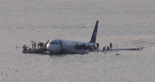 Несколько пассажиров самолета оказываются прямо в холодной воде. В хвосте самолета критическая ситуация. Вода стремительно прибывает. Оба аварийных выхода уже под водой, открывать двери нельзя.