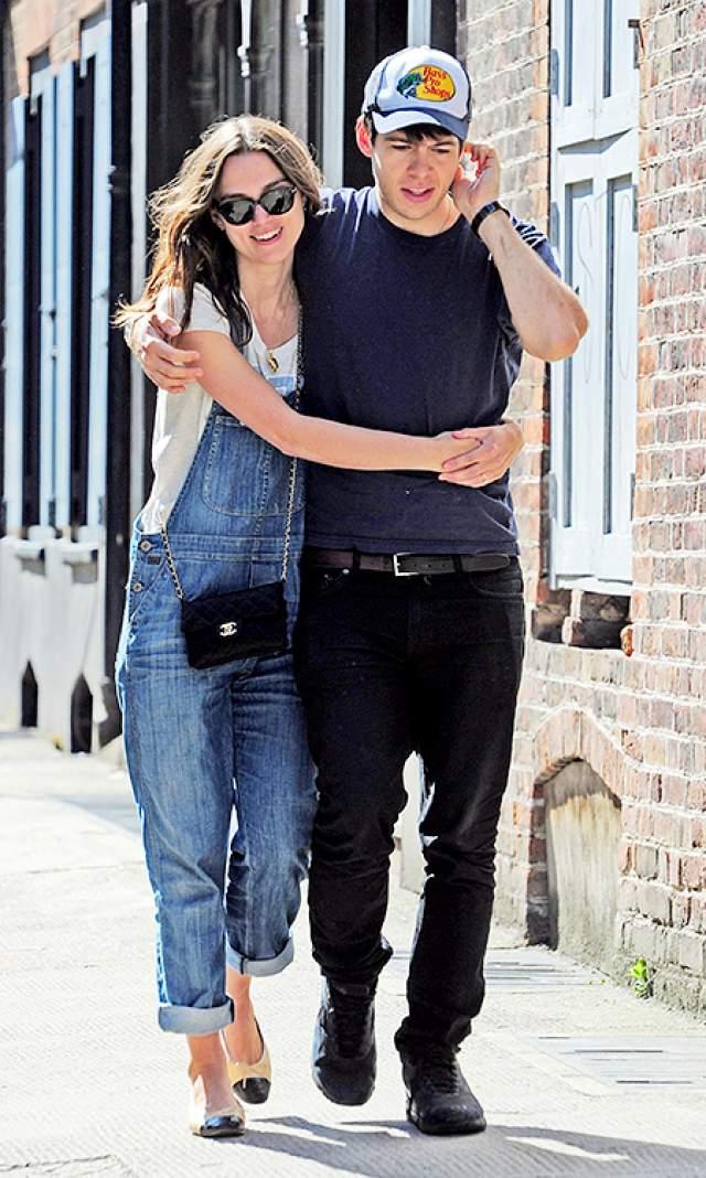 Кира Найтли и Джеймс Райтон. В 2015 году актриса впервые стала мамой, и кто бы мог подумать, от кого она родила? От музыканта, который до встречи с актрисой имел славу плохого парня, любителя выпить и потусить.