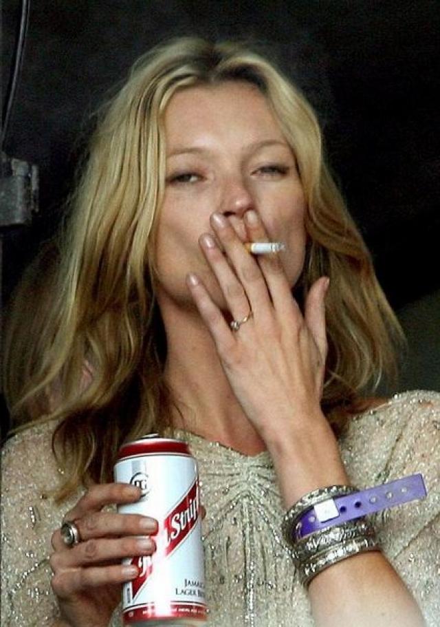 То, что модель Кейт Мосс обладает настоящим рок-н-ролльным нравом давно известно, в прессе часто мелькали ее фото с сигаретой или спиртным.