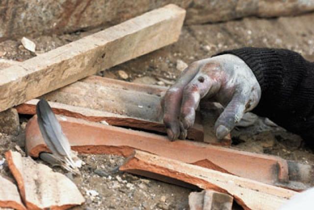 """Неопознанные тела вывозились в горбольницу, которая из-за разрушений не работала. """"Работал"""" только ее двор. Изуродованные тела складывали на нем вдоль стен для опознания."""