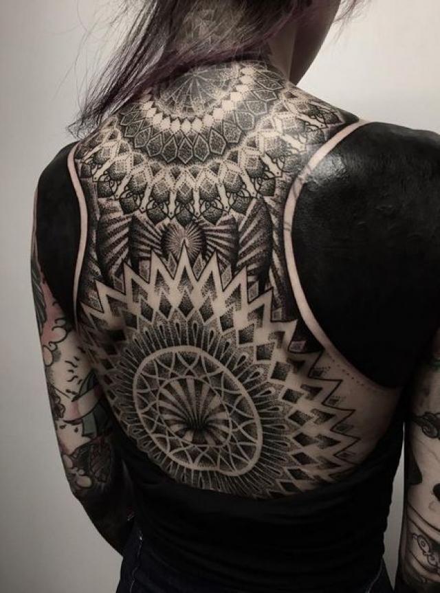 Часто к этой технике прибегают, чтобы закрасить старые работы. Но стоит учесть, что переделать такие татуировки уже практически невозможно.