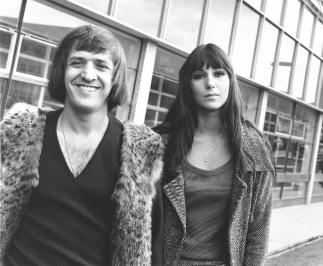 """В 1964 году девушка с возлюбленным образовали дуэт """"Сонни и Шер"""". На популярность дуэта особенно сработал его имидж: """"хипповая"""" внешность Сонни и нестандартное лицо Шер."""