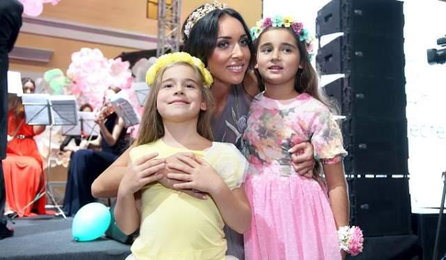 Алсу . В Великобритании живет семья звезды российской поп-сцены, ее супруг Ян Абрамов и трое детей.