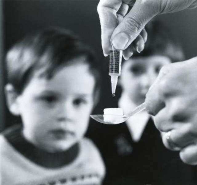 2. Острый дряблый миелит Миелит - воспаление спинного мозга. Иногда его называют полиомелитический синдром. Это неврологическое заболевание, поражающее детей и ведущее к слабости или параличу. После изобретения вакцины ученые утверждали, что болезнь побеждена. Но, несмотря на заверения ВОЗ, полиомиелит еще не сдается - его вспышки время от времени случаются в разных странах. При этом болеют уже привитые люди, поскольку вирус азиатского происхождения приобрел необычную мутацию.