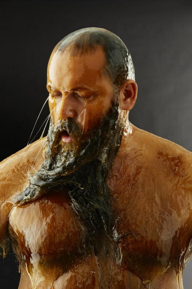 Сначала фотограф начал выливать мед на лица и конкретные участки тела моделей.