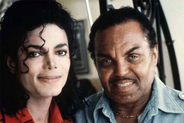 """Джексон вспоминал, что Джозеф садился на стул с ремнем в руке, когда он репетировал вместе с братьями, и что """"если ты что-то сделал не так, он доведет тебя до слез, реально достанет тебя""""."""