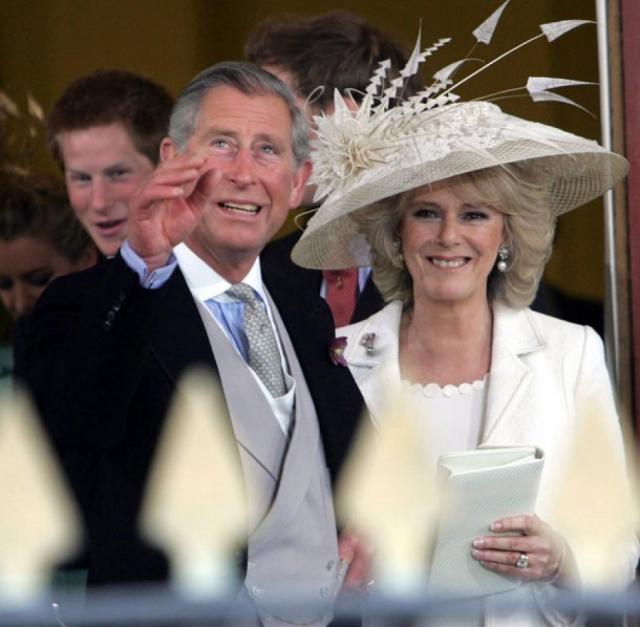 """Последовали многочисленные интервью, в ходе которых Чарльз и Диана обвиняли друг друга в том, что их союз распался. """"В моем браке было слишком много народу"""", - подметила принцесса. После ее смерти Чарльз и Камилла поженились ."""