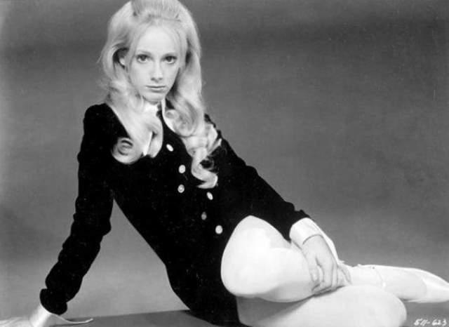В 80-х Иствуд жил с актрисой Сондрой Локк. В 1990 году они расстались, и Локк обратилась в суд с требованием взыскать с Иствуда 1,3 млн долларов. Женщина утверждала, что Иствуд заставил ее сделать два аборта и перевязать маточные трубы.