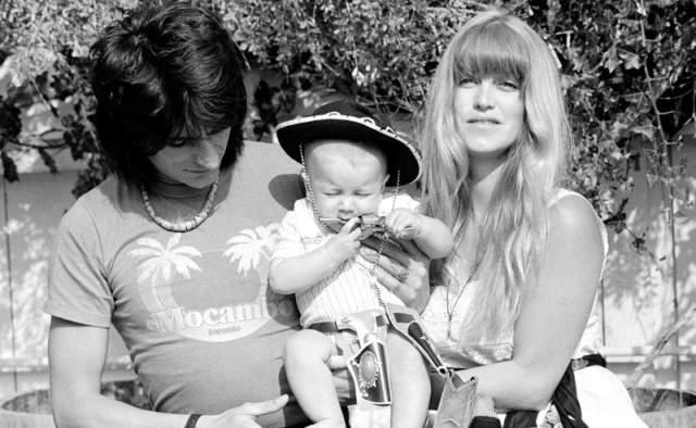 Ронни Вуд, 70 лет. Гитарист The Rolling Stones впервые женился в 1971 году на модели Крисси Финдли. В 1967 у них родился сын Джесси. Брак продлился недолго, до 1978 года. В 2005 Финдли умерла от передозировки лекарствами.