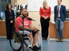 В США парализованный мужчина смог встать и сделать несколько шагов