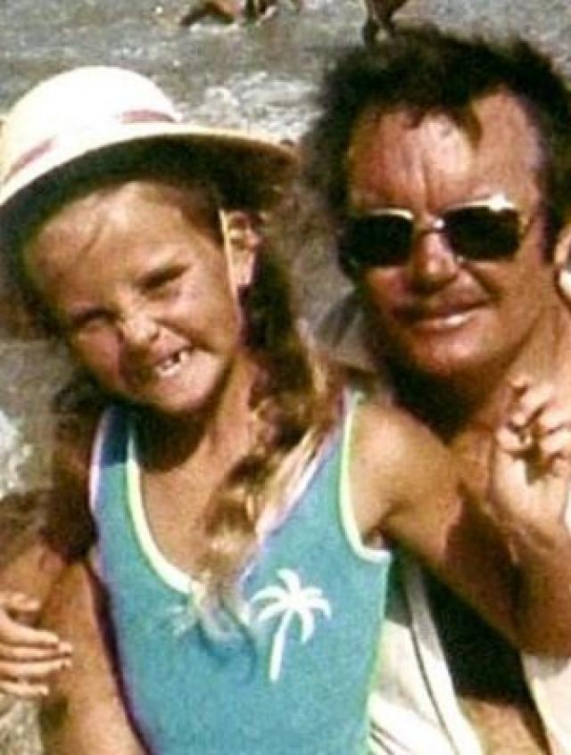 С ужасами домашнего насилия актриса Шарлиз Терон познакомилась, когда была еще ребенком, поскольку ее отец страдал алкоголизмом.