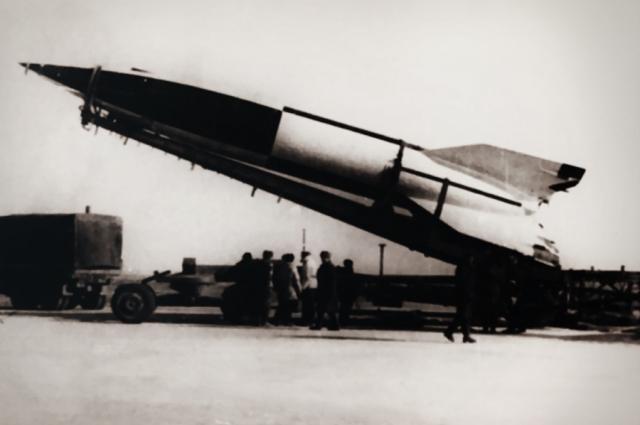 """Постепенно Королев и руководимое им конструкторское бюро создали принципиально новую ракету. Она стала базовой для отечественных военных и космических программ - это межконтинентальной баллистическая ракета """"Р-7""""."""