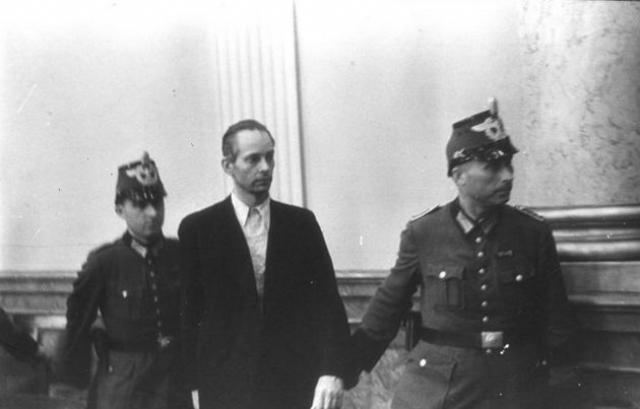 В общей сложности по приговору Народной палаты было приговорено к смерти до 200 человек. Уильям Ширер приводит общие цифры в 4980 казненных и 7000 арестованных.