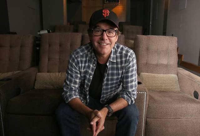 """Крис Коламбус Американский кинорежиссер, сценарист, продюсер и писатель. В 1990 году Коламбус выпустил семейную рождественскую комедию """"Один дома"""" с Маколеем Калкиным в главной роли. В мировом кинопрокате фильм собрал более 500 миллионов долларов, а в начале 1992 года занял уже третье место в рейтинге наиболее успешных фильмов всех времен. Последующие режиссерские работы Коламбуса включают в себя такие известные фильмы, как """"Двухсотлетний человек"""" и две части """"Гарри Поттера""""."""