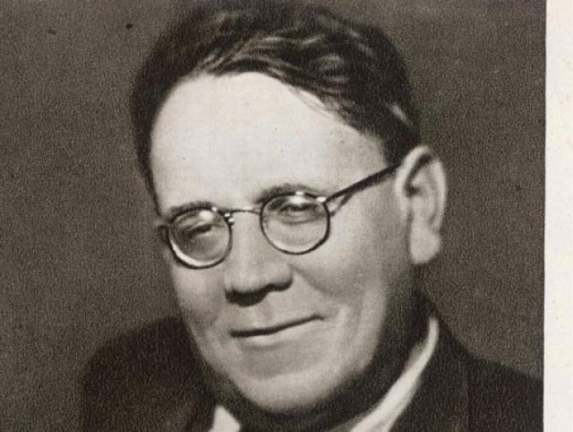 В 1934 году Маршак был избран членом правления союза писателей СССР, создал детское издательство, собрав в нем самых оригинальных авторов, а в 1939-1947 годах даже был депутатом Московского городского Совета депутатов трудящихся.