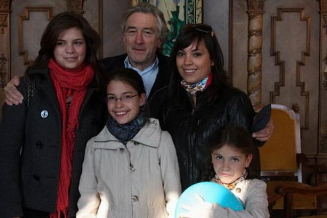 У известного актера Роберта де Ниро шестеро детей, трое из которых были выношены суррогатными матерями.