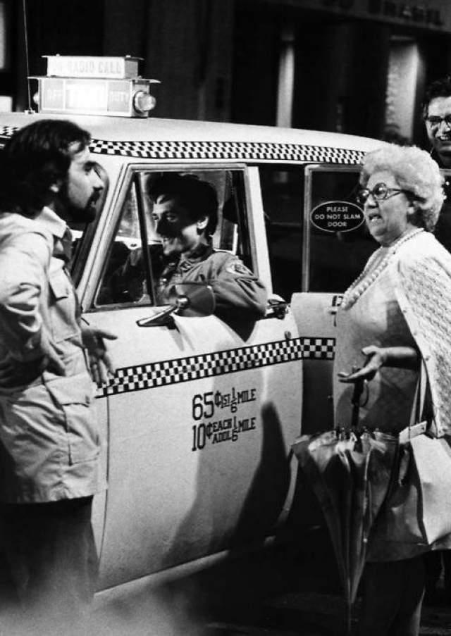 """Роберт Де Ниро, Мартин Скорсезе и его мама на съемках фильма """"Таксист""""."""
