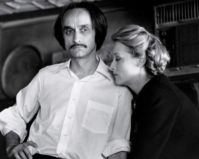 """Во второй половине 1970-х Стрип жила с актером Джоном Казале из """"Крестного отца"""". В 1978 году он скончался от рака. Чтобы умирающий Казале успел сыграть вместе со Стрип в """"Охотнике на оленей"""", режиссер Майкл Чимино снял их сцены первыми."""