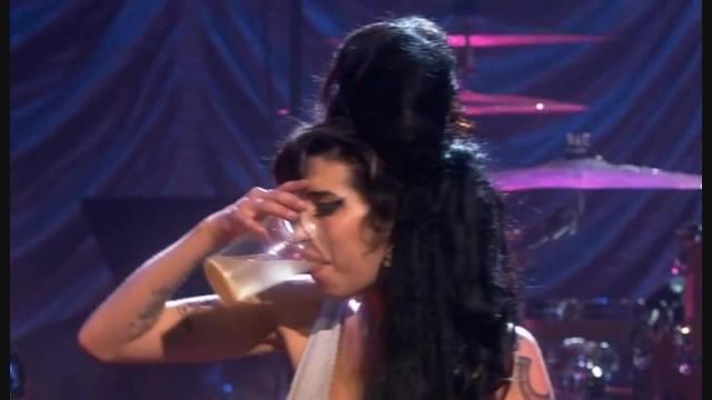 В июле 2011 на концерте в Белграде певица провела на сцене перед 20000 зрителей 1 час 11 минут, но так и не смогла спеть. Она спотыкалась, разговаривала с музыкантами, пыталась петь, но забывала слова.