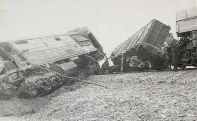 Комиссией отмечено позднее применение автотормозов поезда перед выходным сигналом Ч1 с красным огнем, что привело к его проезду и столкновению с локомотивом встречного грузового поезда № 3455 на стрелке № 1.